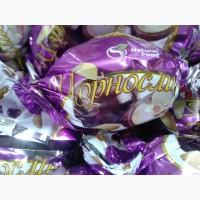 Чернослив в шоколаде. шоколадные конфеты в ассортименте
